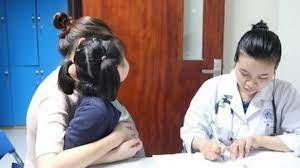 Con gái 14 tuổi có mùi lạ, bác sĩ sau khi kiểm tra liền mắng mẹ té tát