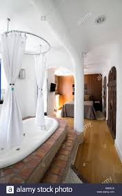 Schlafzimmer Mit Erhöhten Badewanne Stockfoto Bild 280605698 Alamy