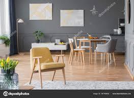 Vintage Gelbe Sessel Einem Esszimmer Interieur Mit Einem