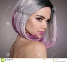 Het Korte Kapsel Van Het Ombreloodje Mooie Haar Kleurende Vrouw
