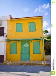 Grüne Tür Und Fenster In Gelbem Haus Kreta Griechenland Stockfoto