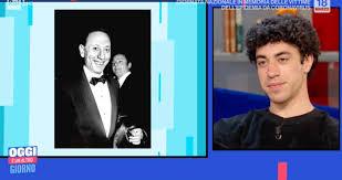 Eduardo Scarpetta nel ruolo di Carosone, è evidente la somiglianza - Ultime  Notizie Flash