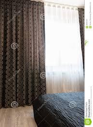 Lange Dunkle Luxusvorhänge Und Tulle Vorhänge Scheren Auf Einem