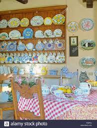 Bunte Keramik Teller Und Tassen Auf Der Wand Regale In Der