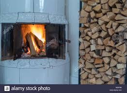 Brand In Einem Kachelofen Mit Weißen Fliesen Stockfoto Bild