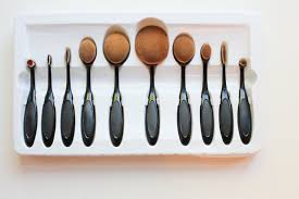 my makeup brush set oval. after three weeks of waiting, and frantically worrying about having been scammed, they finally came, in this cheap plastic casing. my makeup brush set oval