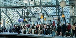 Fahrgäste warten vergeblich im hauptbahnhof in. Bahnstreik Trifft Ab Mittwoch Tausende Pendler