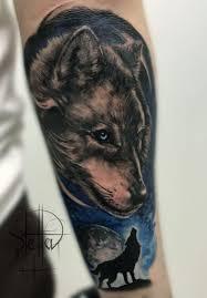 портрет волка и волк воющий на луну тату на предплечье фото