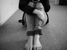 Roma, 15enne tenta il suicidio lanciandosi dal balcone di casa: è in  prognosi riservata