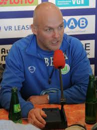 Bei der Pressekonferenz: Links Frankfurts Trainer Dr. Hans-Jürgen Tritschoks, rechts Wolfsburgs Trainer Bernd Huneke - vl-bernd-hunekegr