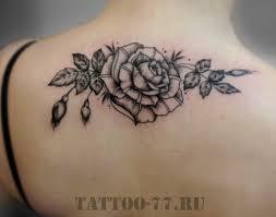 черная татуировка розы на спине у девушки фото татуировок