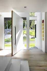 Aqui, as portas pivotantes pretas separam o quarto do banheiro. 9 Portas De Entrada Que Sao As Estrelas Da Decoracao Casa Vogue Ambientes