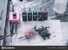 тату художник рабочем месте машиной бутылки красочными татуировки