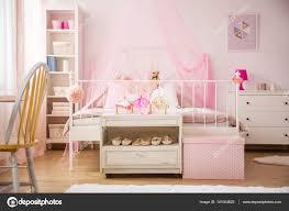 Rosa Schlafzimmer Mit Himmelbett Stockfoto Photographeeeu
