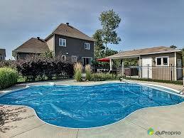 piscine et spa piscine creusée spa sous toit cabanon