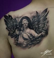 девушка с крыльями и завязанными глазами на лопатке добавлено