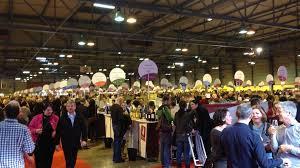 consommateurs et producteurs se retrouvent au salon des vins des vignerons indépendants de strasbourg