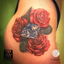 татуировка на бедре у девушки бриллиант и розы фото рисунки эскизы