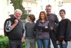 Nachmittags waren sie Gäste des ehemaligen Bürgermeisters Hans-Jürgen Döring, der ihnen auf einer Rundfahrt durch die dreizehn Ortschaften der ... - 11_nrw-tag-gewinner-in-wachtberg-burg-gudenau-webkomp