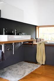 1 Blick Ins Badezimmer Schwarz Weiß Grau Holzb