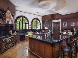 Big beautiful kitchen! wow! I wouldn't mind cooking there everyday!