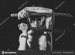 Tetování Yakuza Muž Muž Pózuje S Mečem Tetovaný Rukou Krku A
