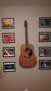 guitar on room's wall ile ilgili görsel sonucu