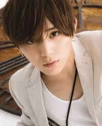 山田涼介のかっこいい髪型人気はパーマ金髪通っている美容院は
