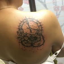 татуировка на лопатке у девушки часы и цветы фото рисунки эскизы