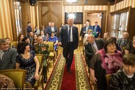 Жвачкин наградил томские многодетные семьи за Родительскую доблесть  По настоящее время к награде представлена 251 многодетная семья Томской области которые воспитали 1 635 детей включая 120 приемных
