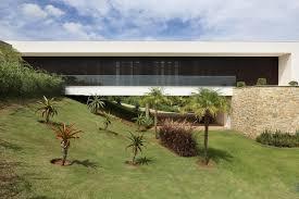 10 x 25 10 x 30. Casas Brasileiras 18 Residencias Em Terrenos Inclinados Archdaily Brasil