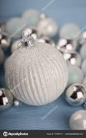 Weiße Und Silberne Weihnachtsschmuck Stockfoto Nilswey