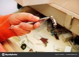 Ruce Drží Ocelové Kovové Zubní Korunky Stock Fotografie
