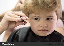 Drsný Okraj řezu Malé Dítě Vzhledem K účes Malé Dítě V Kadeřnictví