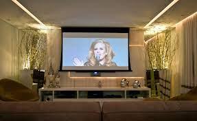 Com um projetor isso fica fácil,. Projetor Na Sala Decoracao De Home Theater Sala De Design De Interiores Decoracao Sala De Tv