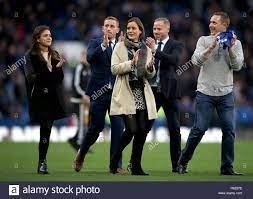 Los hijos del ex vicepresidente de Chelsea Matthew Harding en el tono para  marcar el 20 aniversario de su muerte durante la Premier League en Stamford  Bridge, Londres Fotografía de stock - Alamy