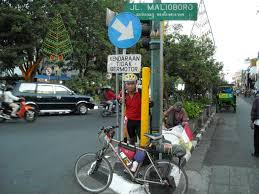 Aku lagi di bali tapi kok ada bus? Catatan Kecil Jakarta Jogjakarta Dengan Sepeda September 2008 Sijaketmerah
