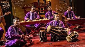 Keberagaman etnis inilah yang melahirkan suku betawi sehingga membuat betawi memiliki keragaman budaya seperti yapong yang dipengaruhi oleh tari jaipong sunda yang pakaiannya … 8 Alat Musik Betawi Dipengaruhi China Sampai Arab