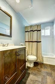 Badezimmer Mit Braunen Fliesen Und Hellblauen Wänden Holz Braun