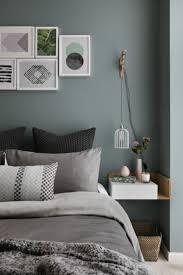 Schlafzimmer Mit Grüner Wandfarbe Und Grauen Deko Accessoires