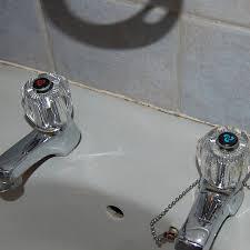 how to seal around bath tub or basin
