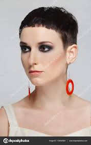 H Bsche Junge Frau Mit Kurzen Schwarzen Haaren Und Roten Ohrringe