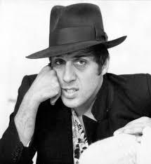 ... introdusse un nuovo tipo di fare musica in Italia, sfrenato e potente: Adriano Celentano (1938). Nato in via Gluck a Milano da genitor i pugliesi. - celentano