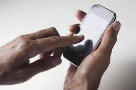 verificando información en un smartphone