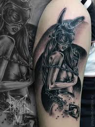 девушка в маске и в цепях татуировка на плече сделать тату у