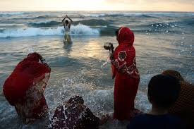 photo essay foreign policy topshot n hindu devotees perform rituals and bathe in the bay of bengal during the