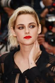 kristen stewart cannes 2016 not really keen on the roots but love the way her makeup has been adapted to suit her new hair colour