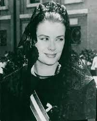 "gracie-bird: ""June 19, 1959: Princess Grace is set off against her black  headdress as she arrives at the Vatican City fo… | Grace kelly, Princess  grace, Movie stars"