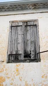 Alte Fensterläden Auf Einem Gelben Gebäude Lizenzfreie Fotos Bilder