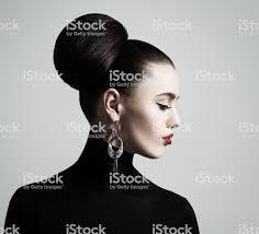 エレガントな女性の髪お団子ヘアスタイルとアイライナー化粧のレトロな